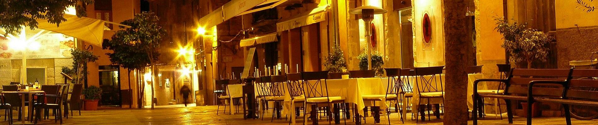 Terrasse d'un restaurant avec un éclairage extérieur