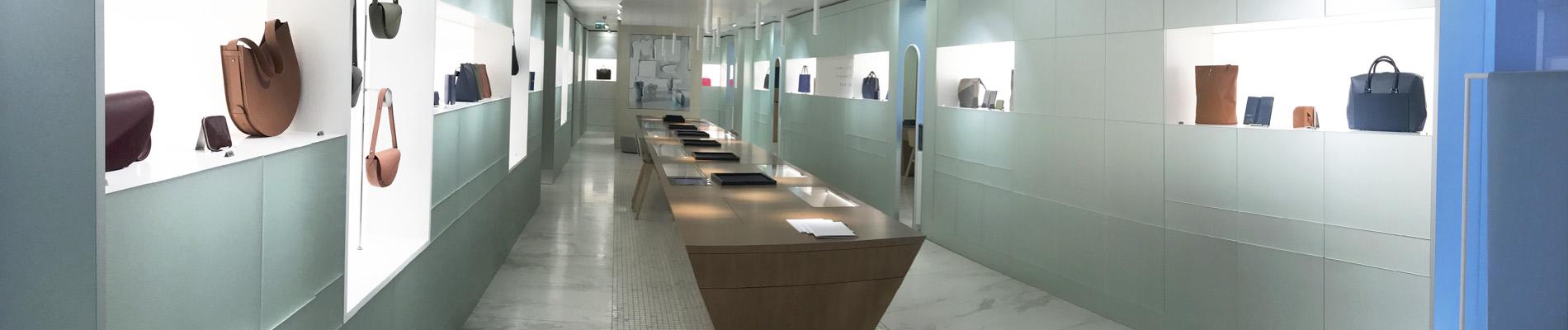 Visuel représentant l'espace principal d'une boutique de maroquinerie de luxe dont l'installation électrique a été réalisée par l'entreprise d'électricité générale Ampère Michaut.